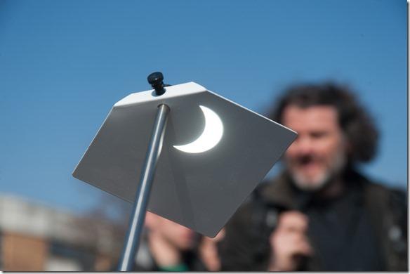 Sonnenfinsternis auf einem Sonnenprojektionsschirm