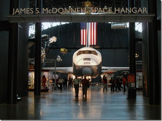 1024px-Eingang_vom_James_S._McDonnell_Space_Hangar