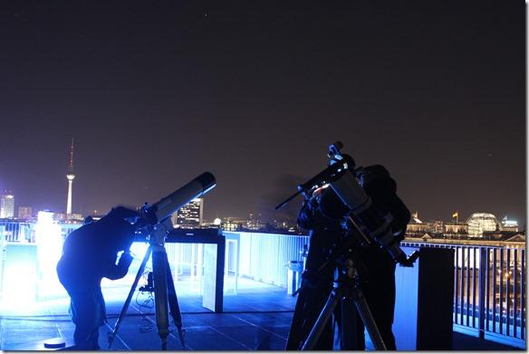 Astronomen auf Dachterrasse
