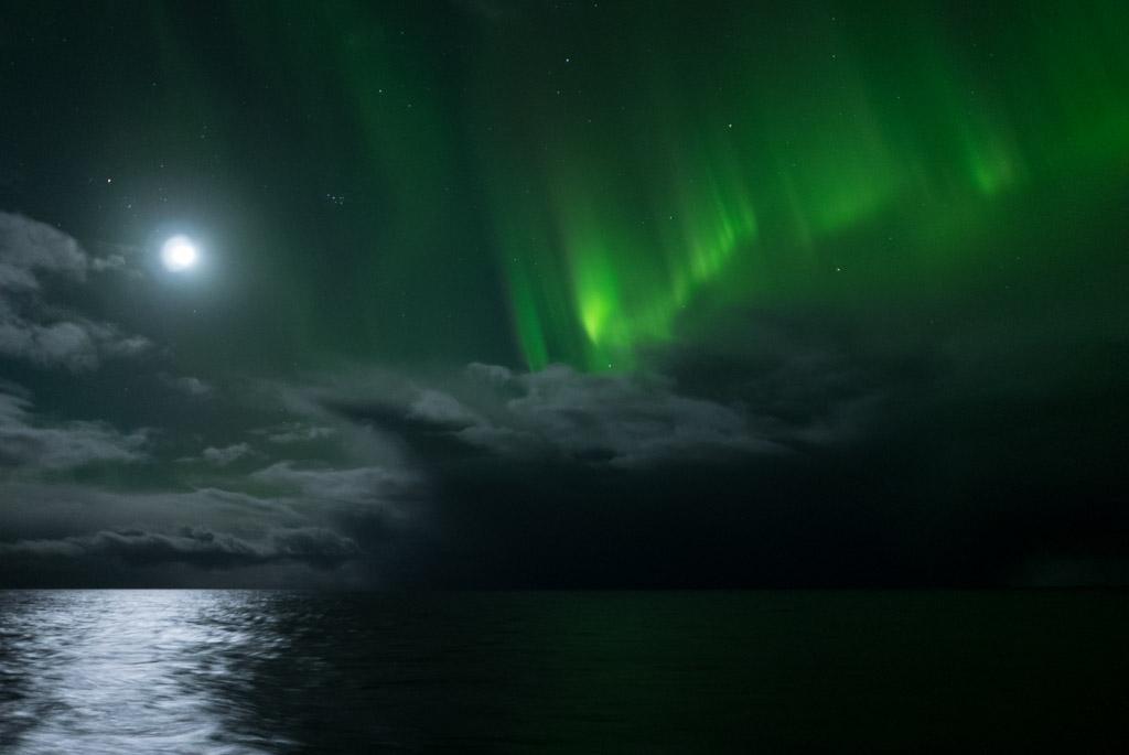 Plejaden, Mond, Polarlicht und Wolken