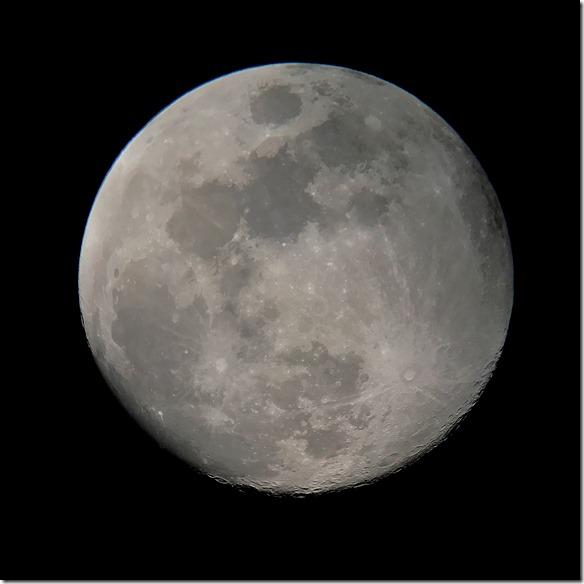 Mond mit Smartphone am Teleskop