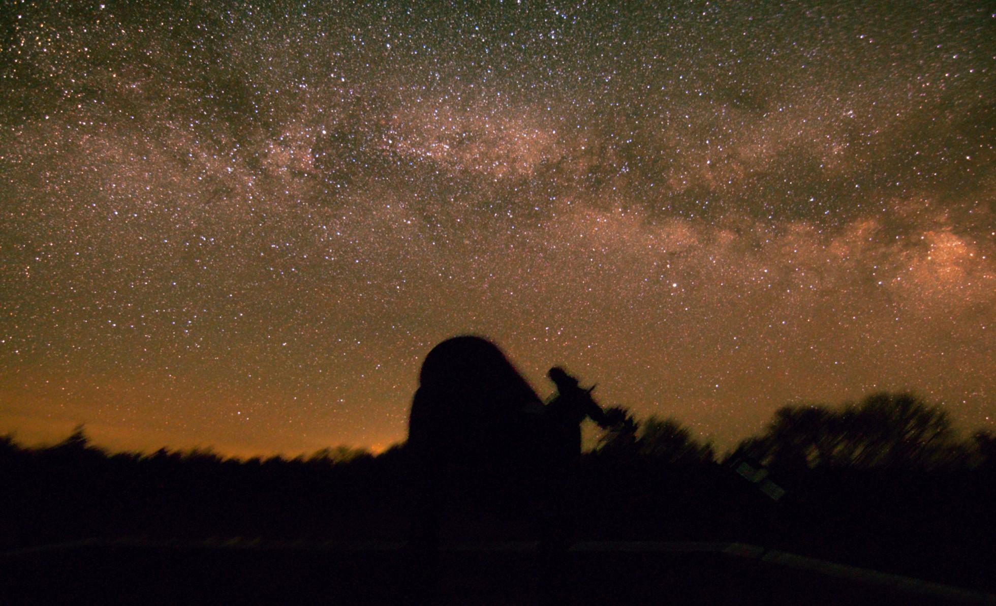 Die Milchstraße über der Beobachtungsplattform. Im Vordergrund ist das C10 zu sehen. Das Bild besteht aus 40 Bildern à 13s Belichtungszeit, 11mm Brennweite und ISO3200